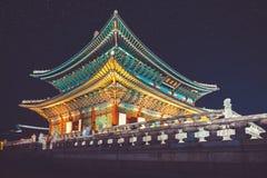Gyeongbokgung główny pałac przy nocą z writing w chińskim znaczeniu - Fotografia Stock