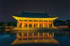 Gyeongbokgung Palace At Night In South Korea, with the name of the palace `Gyeongbokgung` on a sign. Gyeongbokgung Palace At Night In South Korea, with the name Stock Photos