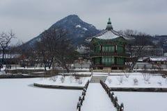 Gyeongbokgung slott eller Gyeongbok slott, en kunglig slott som lokaliseras i nordliga Seoul Royaltyfria Foton