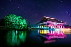 Gyeongbokgung slott och Vintergatan på natten i Korea royaltyfri foto