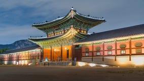 Gyeongbokgung slott på natten royaltyfria bilder