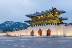 Gyeongbokgung slott på natten i Seoul, Sydkorea Fotografering för Bildbyråer