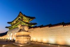 Gyeongbokgung slott på natten i Sydkorea Fotografering för Bildbyråer