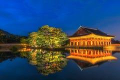 Gyeongbokgung slott på natten i Sydkorea, med namnet av den slott`-Gyeongbokgung `en på ett tecken Royaltyfri Bild