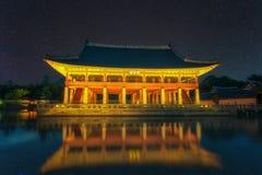 Gyeongbokgung slott på natten i Sydkorea, med namnet av den slott`-Gyeongbokgung `en på ett tecken Arkivfoton