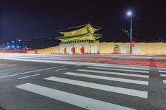 Gyeongbokgung slott på natten i Sydkorea, med namnet av t Arkivfoto