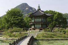 Gyeongbokgung slottpagod och damm Royaltyfri Foto