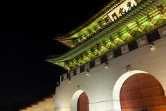 Gyeongbokgung slottport på natten - Seoul, Sydkorea Royaltyfri Fotografi