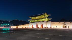 Gyeongbokgungpaleis, Auto's die voor Gwanghuamun-poort bij Nacht in Seoel Van de binnenstad overgaan, Zuid-Korea Naam van het Pal stock video