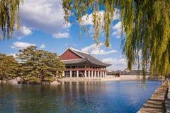 Gyeonghoeru i en sjö på gyeongbokgungslotten, Seoul Royaltyfri Foto