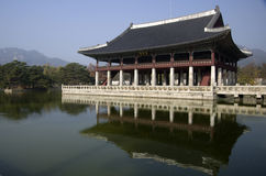 Gyeonghoeru på den Gyeongbokgung slotten Seoul Korea royaltyfri fotografi