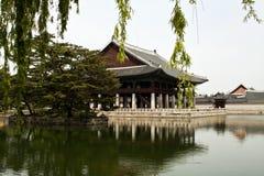 Gyeonghoeru paviljong av den Gyeongbokgung slotten, Seoul, Sydkorea Arkivbilder