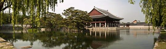 Gyeonghoeru paviljong av den Gyeongbokgung slotten, Seoul, Sydkorea Royaltyfri Foto
