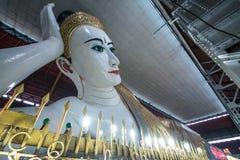 Gyi buddha de reclinação do htat de Chauk (olho doce buddha), yangon, myanmar Imagens de Stock Royalty Free