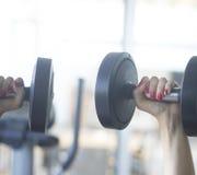 Gym ćwiczenia dumbell uwalnia ciężary Obrazy Stock