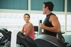 Gym: Amigos que falam ao correr na escada rolante Fotografia de Stock