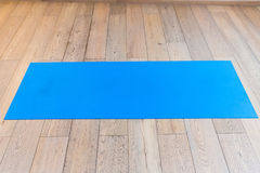 Gym com esteira da ioga Imagens de Stock