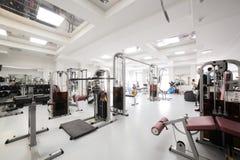 Gym com o equipamento especial, vazio Fotografia de Stock Royalty Free