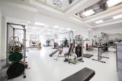 Gym com o equipamento especial, vazio Fotos de Stock Royalty Free
