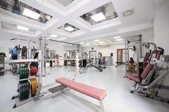 Gym com o equipamento especial, vazio Foto de Stock