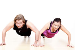 Gym couple exercising Royalty Free Stock Photos