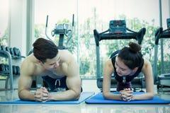 Gym crossfit azjatykciego mężczyzna pracujący out robić pcha up Zdjęcia Royalty Free