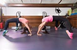 Gym da ponte do exercício de duas mulheres Imagens de Stock Royalty Free
