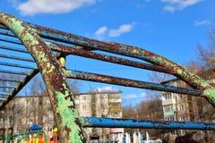 Gym de selva oxidado com pintura leafless no campo de jogos Imagens de Stock Royalty Free