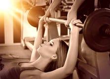 Gym do exercício dos amigos da aptidão Mulher que trabalha na imprensa de banco fotos de stock royalty free