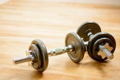 Gym - grupo de Dumbells no assoalho Fotografia de Stock