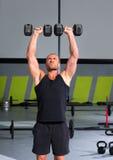 Gym mężczyzna z dumbbells ćwiczenia crossfit Obrazy Stock