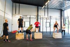 Gym novo de Box Jumping At do atleta Imagem de Stock Royalty Free