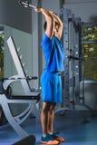 Gym novo de Exercise In The do atleta - está executando exercícios do tríceps Imagem de Stock