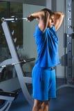 Gym novo de Exercise In The do atleta - está executando exercícios do tríceps Fotos de Stock Royalty Free