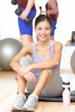 Gym sprawności fizycznej kobieta szczęśliwa fotografia stock