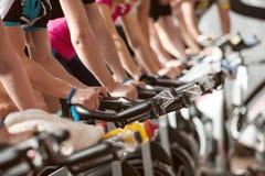 Gym strzelający - ludzie jeździć na rowerze; przędzalniana klasa Obrazy Stock