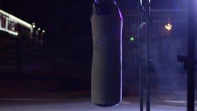 Gym, Uderza pięścią torby Uderzać pięścią torby w bokserskim pokoju, sport Uderzający pięścią torbę przy zmrok sportami mlejącymi Zdjęcie Royalty Free
