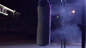 Gym, Uderza pięścią torby Uderzać pięścią torby w bokserskim pokoju, sport Uderzający pięścią torbę przy zmrok sportami mlejącymi Obrazy Royalty Free