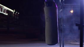 Gym, Uderza pięścią torby Uderzać pięścią torby w bokserskim pokoju, sport Uderzający pięścią torbę przy zmrok sportami mlejącymi Obrazy Stock