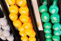 Gym wyposażenie, barbells w asortowanych kolorach Obrazy Stock