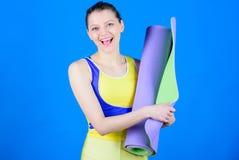 Gym wyposażenie Silna mięsień władza Sporty kobieta pociąg w gym Szczęśliwy kobieta trening z sprawności fizycznej matą Zdrowie d zdjęcia stock