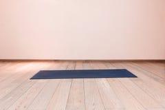 Gymnase avec le tapis de yoga Photographie stock libre de droits