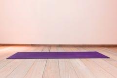 Gymnase avec le tapis de yoga Photos libres de droits