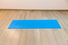 Gymnase avec le tapis de yoga Photo stock