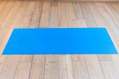 Gymnase avec le tapis de yoga Images stock