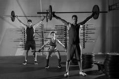 Gymnase d'exercice de séance d'entraînement de groupe d'haltérophilie de Barbell Photos stock