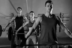 Gymnase d'exercice de séance d'entraînement de groupe d'haltérophilie de Barbell Images libres de droits