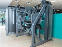 Gymnase d'intérieur avec personne avec la machine de cuadriceps Images stock
