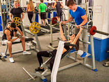Gymnase de séance d'entraînement d'amis de forme physique Femme travaillant au banc à presse Photographie stock