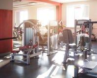 Gymnase moderne pour des sports et la formation de force, bâtiment de muscle, coucher du soleil, bodybuilding image stock